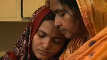 Kainat Soomro with her mother. Photo by Hilke Schellmann