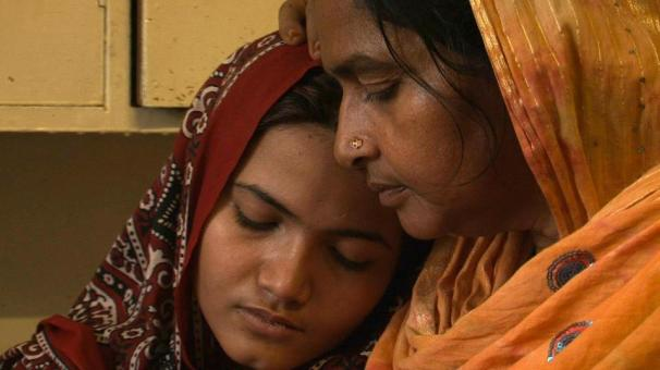 Kainat Soomro with her mother. Photo by Hilke Schellmann