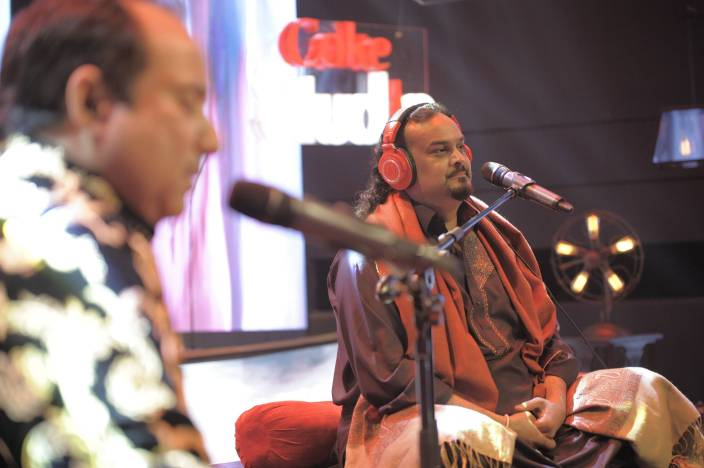Amjad Sabri shares the stage with Rahat Fateh Ali Khan on Coke Studio's Season 9. Photo by Insiya Syed.
